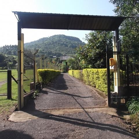 Residência com 229,50 m², edificada sobre um terreno de 1.284,23m², localizado no Bairro Centro, Picada Café-RS.