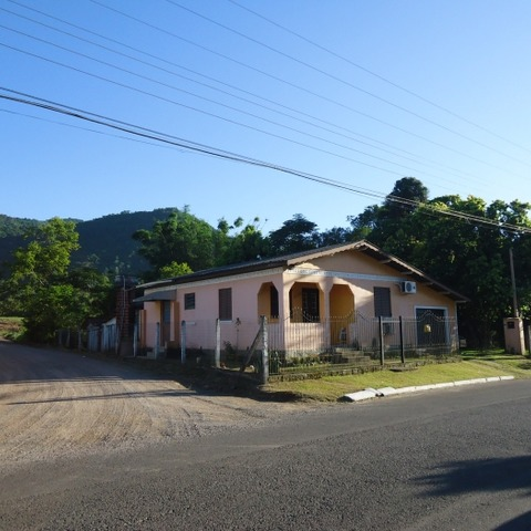 Residência de esquina, localizada no Bairro Joaneta, na cidade de Picada Café-RS.