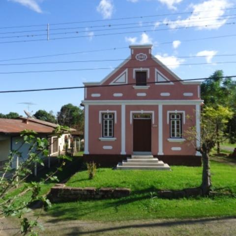 Residência com 3 dormitórios, construída sobre terreno de esquina com 4.731,50 m², localizada às margens da BR-116, no município de Picada Café – RS.