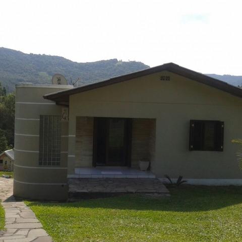 Residência com três dormitórios, edificada sobre um terreno de 900,00m², localizada no Bairro São João, Município de Picada Café.