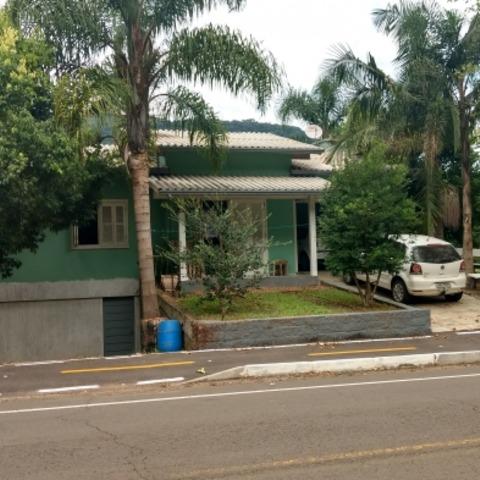 Residência com 4 dormitórios, edificada sobre terreno com 392,76 m², localizada no Bairro Centro, município de Picada Café-RS.