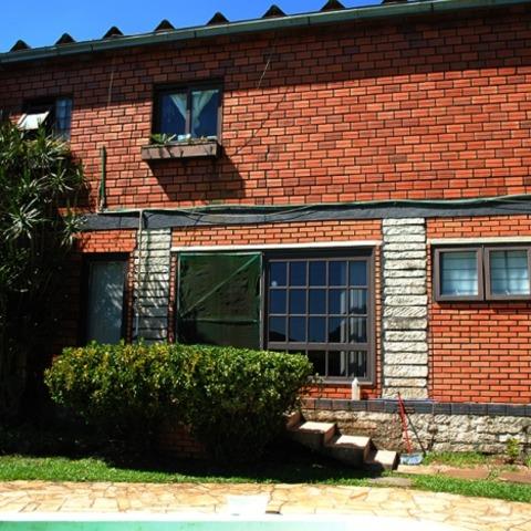 Residência com 5 dormitórios, edificada sobre terreno com 1.129,00 m², em Morro Reuter-RS.