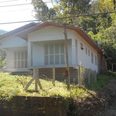 Residência com 3 dormitórios, edificada sobre terreno com 374,00 m², localizada no bairro Joaneta, município de Picada Café-RS.