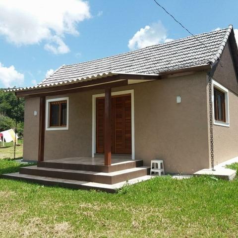 Residência com 2 dormitórios, edificada sobre terreno com 392,69 m², localizada no bairro Linha Araripe, município de Nova Petrópolis, RS.