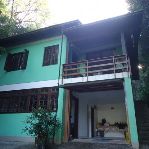 Residência com três dormitórios em meio a muita natureza, com amplo terreno de 1.340,80 m², localizada no bairro Joaneta, Município de Picada Café-RS.