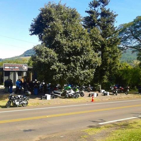 Prédio comercial às margens da rodovia em Picada Café-RS